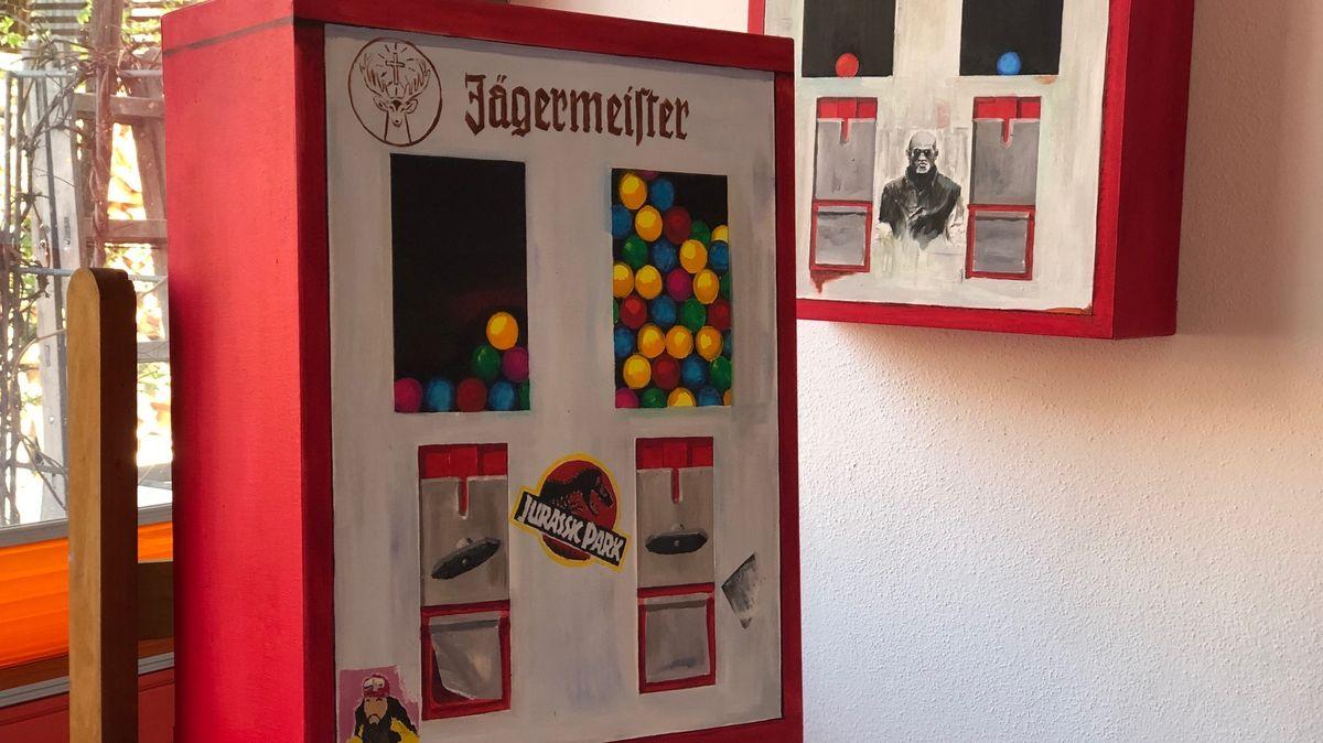 """Dieser Kaugummiautomat trägt den Titel """"Jurassic Gump präsentiert von Jägermeister"""""""