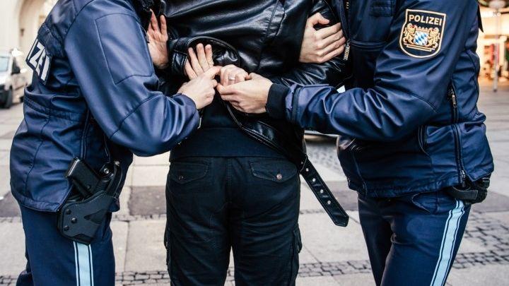 Polizisten nehmen einen Mann fest (Symbolbild)