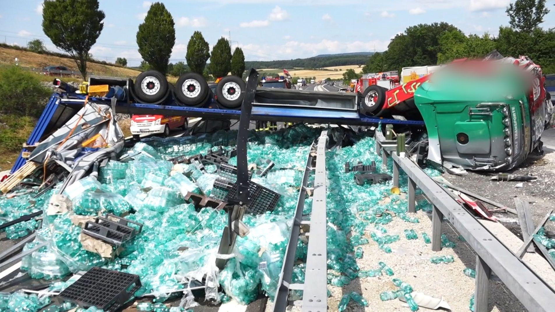 Nach Unfall auf der A70: Flaschenmeer auf der Autobahn