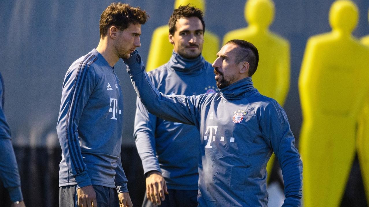 Leon Goretzka (l-r), Mats Hummels und Franck Ribery vom FC Bayern München unterhalten sich beim Training.