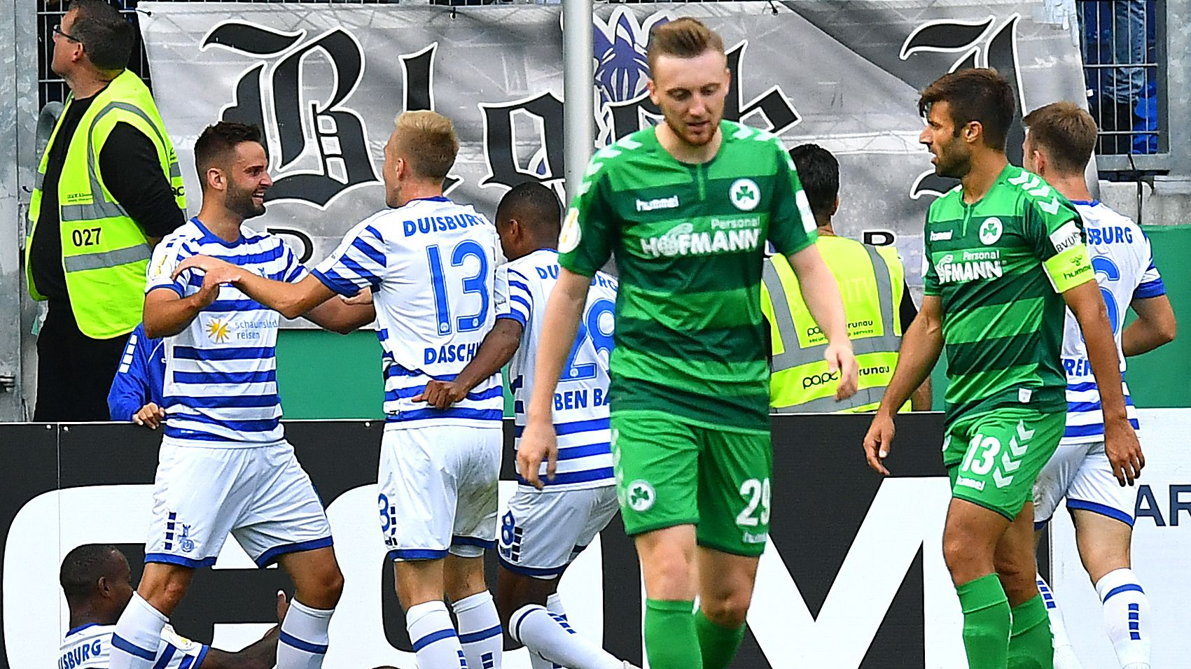 Duisburger Jubel, Fürther Enttäuschung nach einem Tor im Pokalspiel