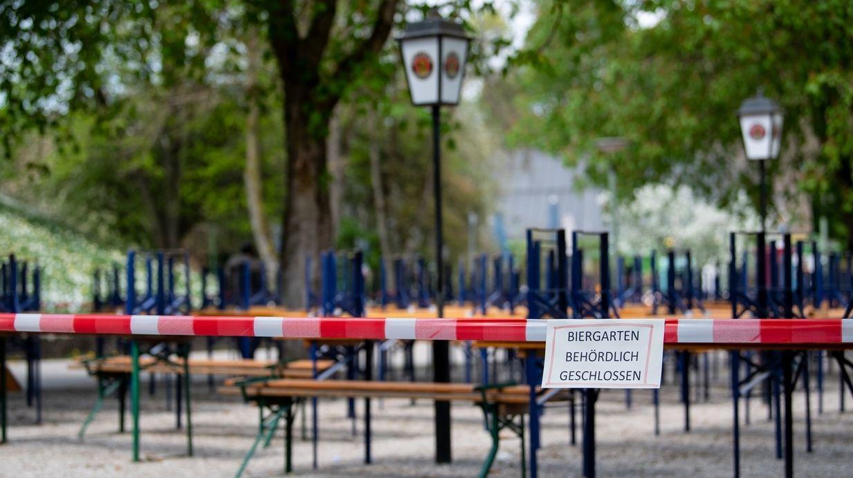 Symbolbild aus dem Archiv: Abgesperrter Biergarten.