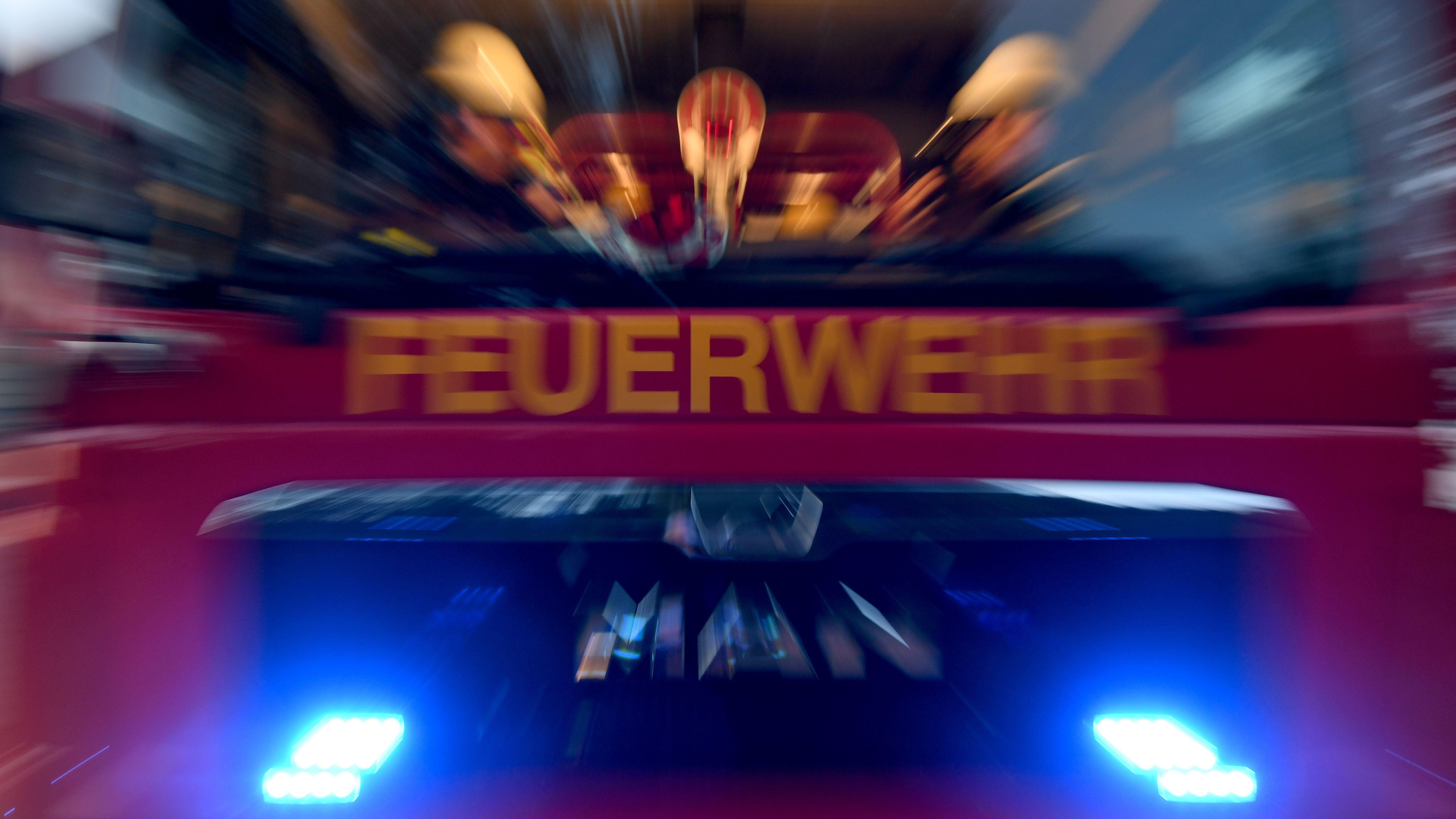 Ein Feuerwehrauto von vorne mit Besatzung