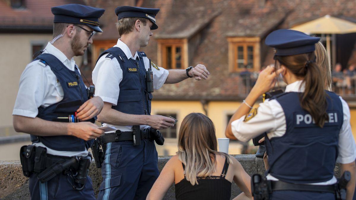 Polizei-Kontrolle zum Alkoholverbot auf der ALten Mainbrücke in Würzburg