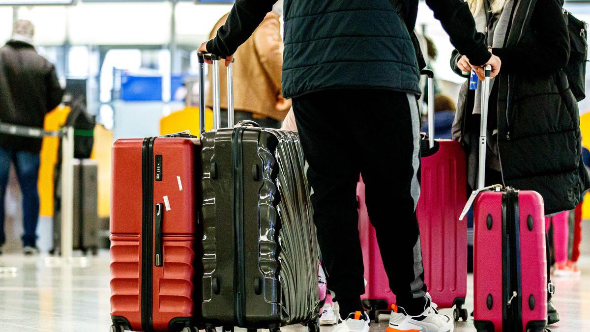 Urlaubsreisende mit Koffern