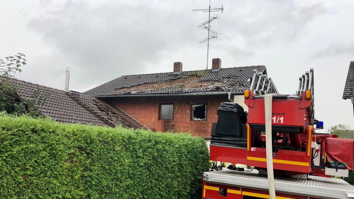 Die Feuerwehr vor dem zerstörten Haus