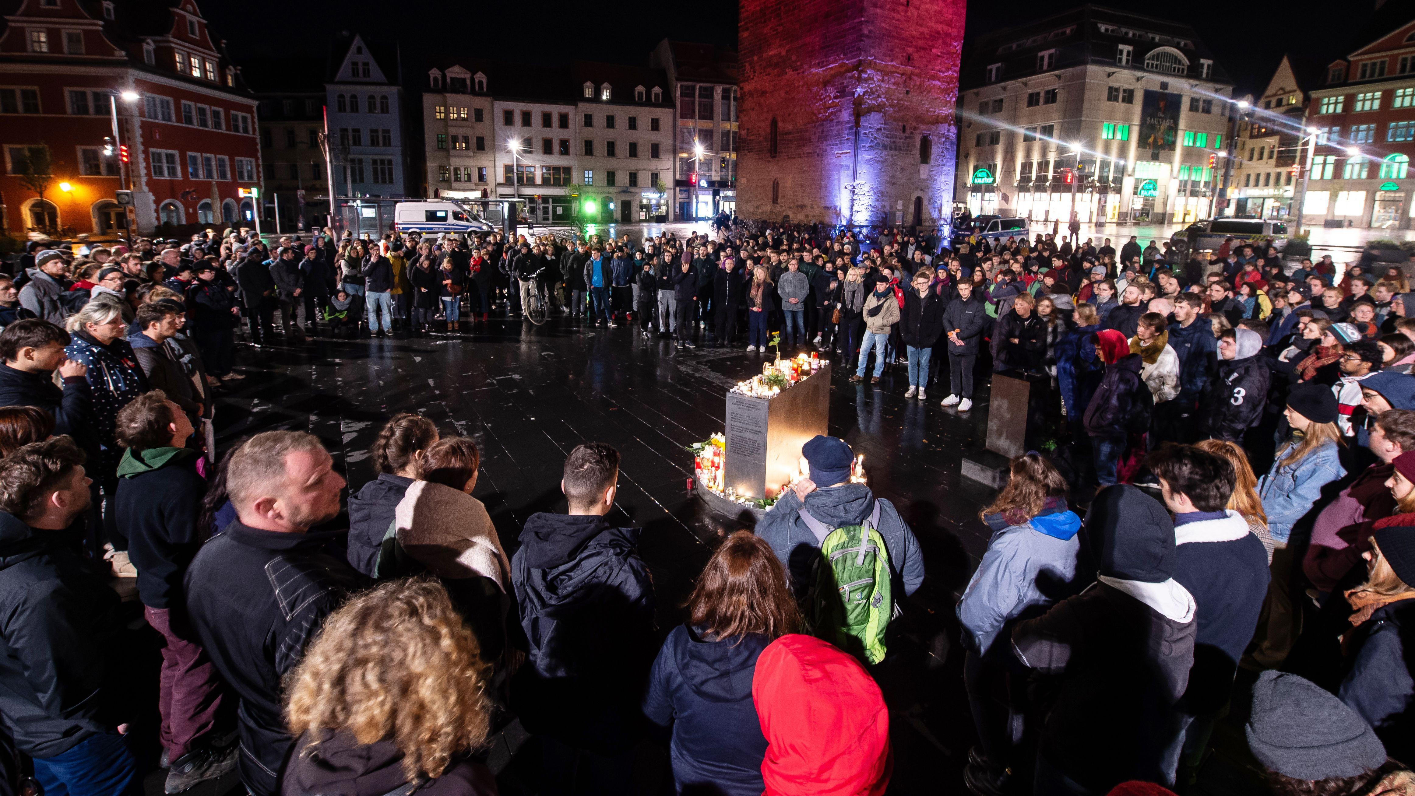 Halle: Trauernde vor dem Roten Turm auf dem Marktplatz