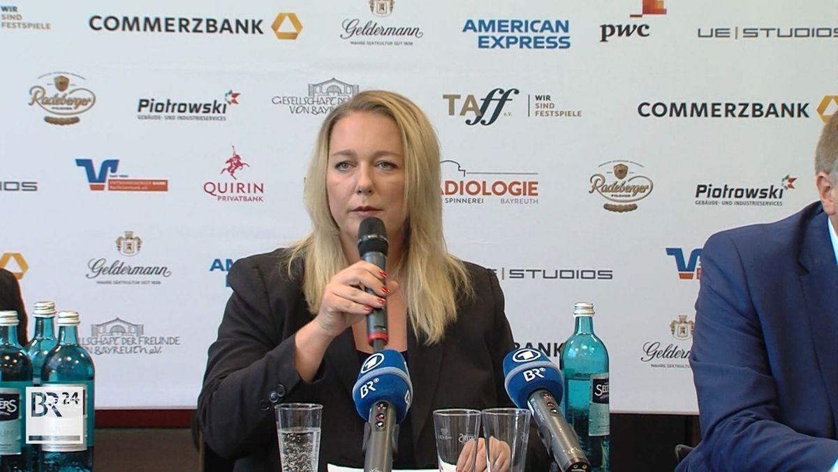 Katharina Wagner spricht bei einer Pressekonferenz in ein Mikrophon.