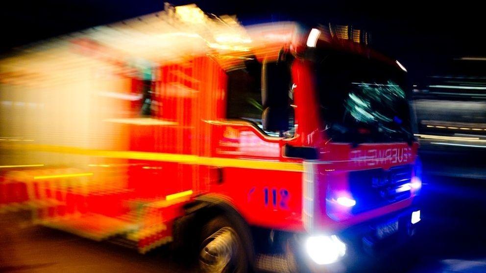 Ein Feuerwehrauto in der Nacht
