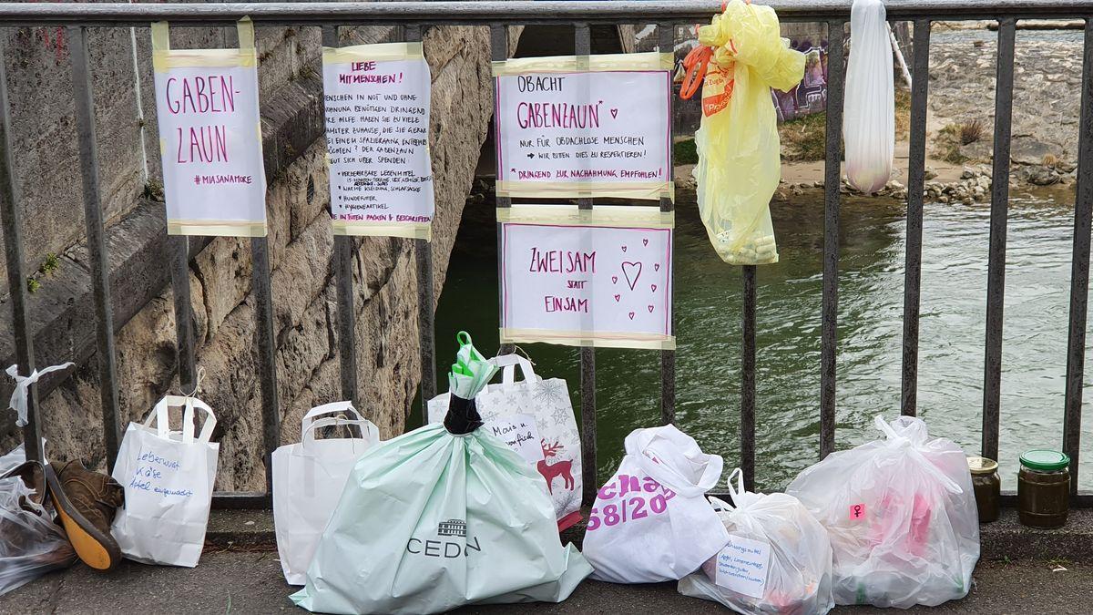 Gabenzaun für Obdachlose an der Wittelsbacher Brücke in München.