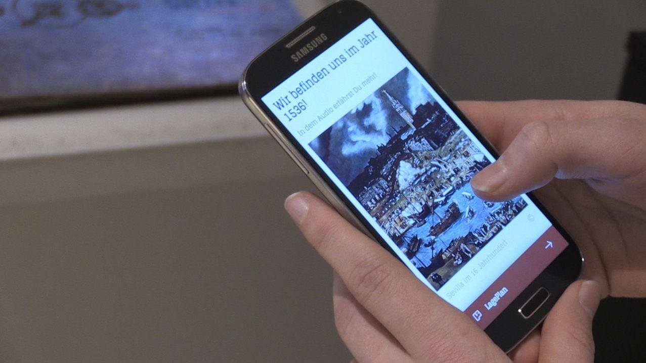 """Ein Smartphone auf dem die """"fabulApp"""" zu sehen ist, die Jugendliche durch's Museum führt"""