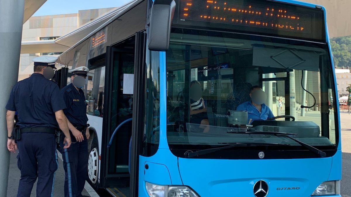 Polizisten in Passau kontrollieren einen Bus am ZOB