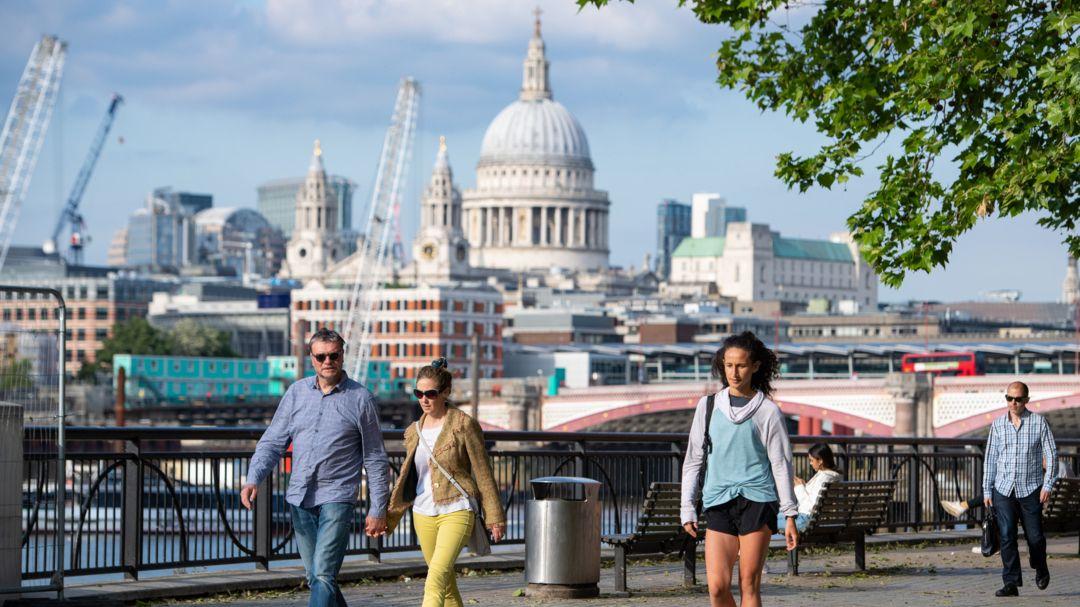 Großbritannien, London: Menschen genießen das warme Wetter im Stadtzentrum, nachdem die coronabedingten Maßnahmen weiter gelockert wurden.