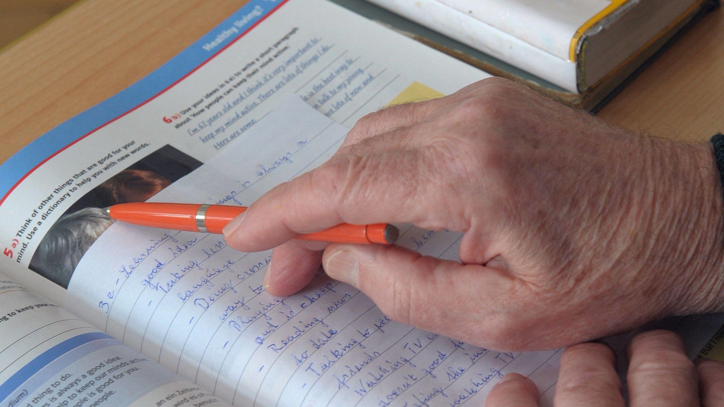 Älterer Schüler mit Englisch-Heft