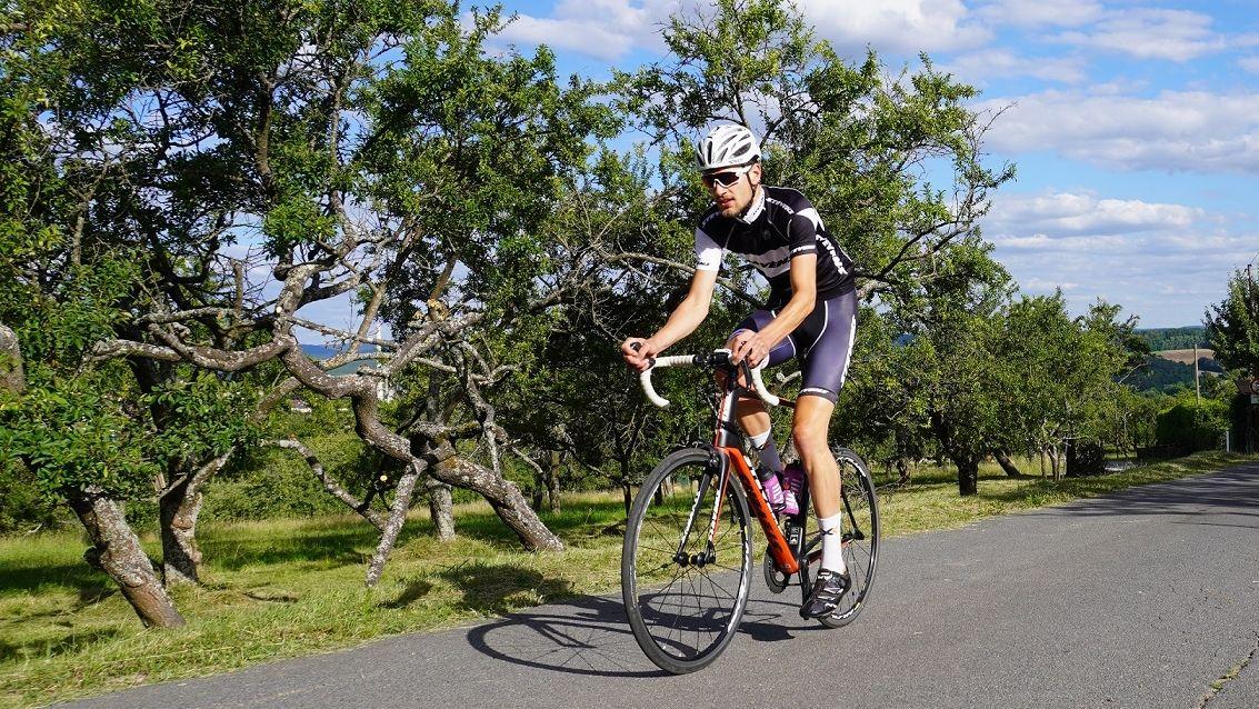 Marcus Marquart fährt auf seinem Rennrad einen Hügel nach oben