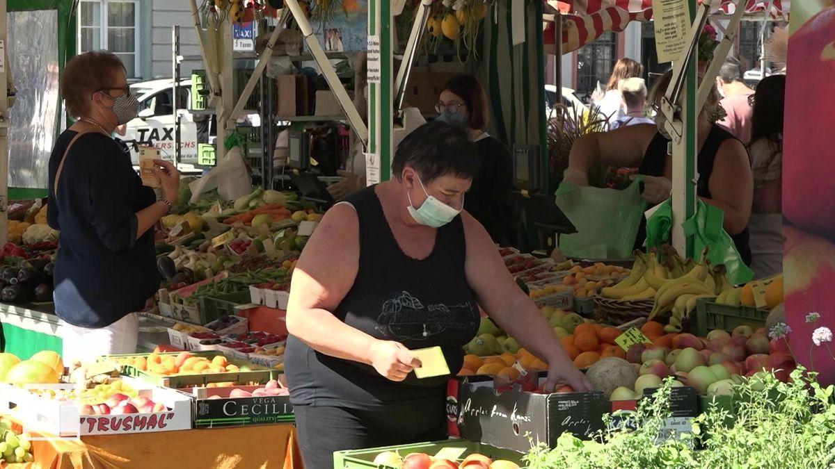 Zwei Frauen auf dem Coburger Wochenmarkt