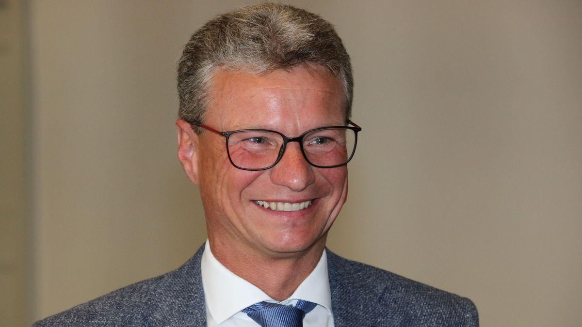 Bernd Sibler lächelt bei PK