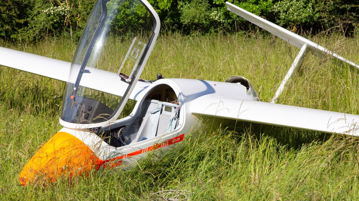 Der Segelflieger liegt nach der Bruchlandung auf einer Wiese.