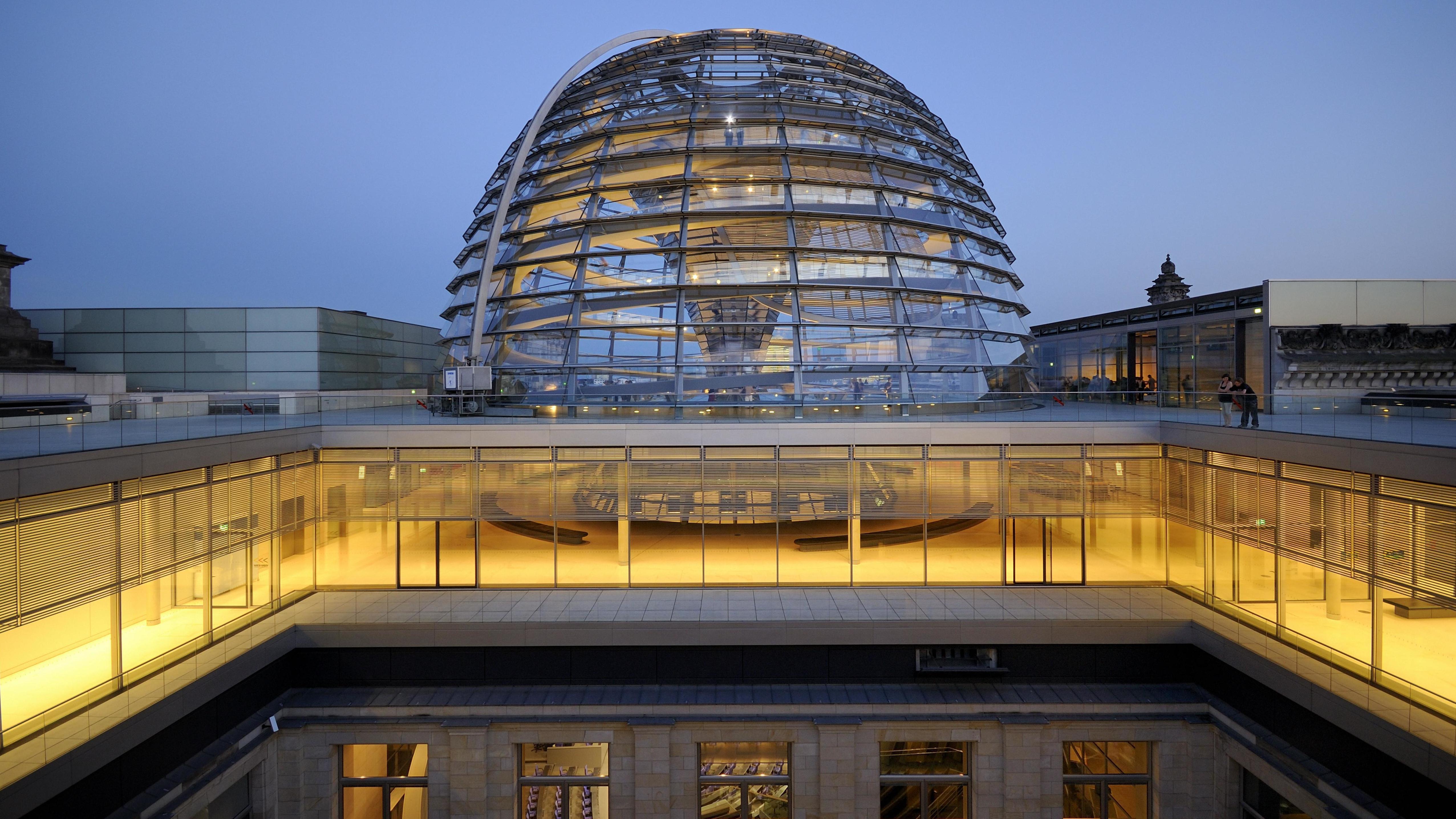 Reichstagskuppel bei Nacht
