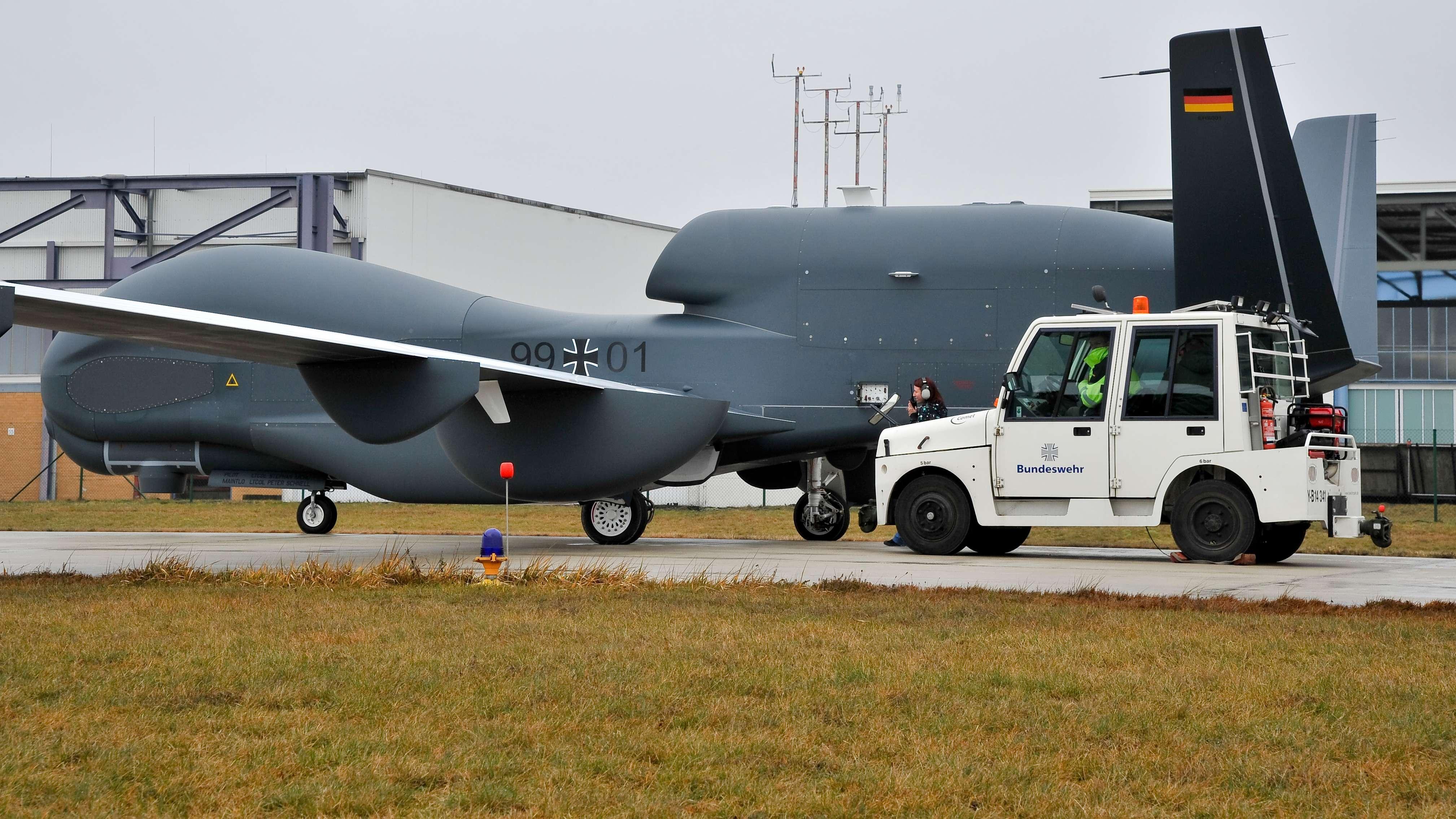 """März 2013: Ein Prototyp der Aufklärungsdrohne """"Eurohawk"""" startet vom militärischen Luftfahrtzentrum in Manching (Oberbayern) zu einem Testflug"""