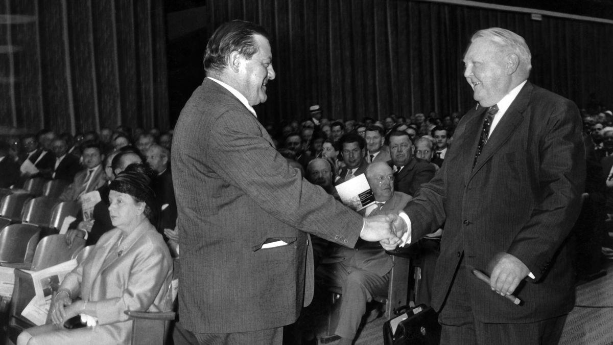 1961: CSU-Chef Franz Josef Strauß (l.) begrüßt Bundeswirtschaftsminister Ludwig Erhard (r.) bei der CSU-Landesversammlung in München.