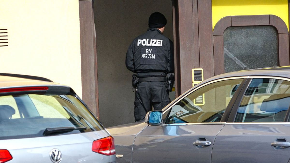 Bereitschaftspolizisten suchen nach Tatverdächtigem