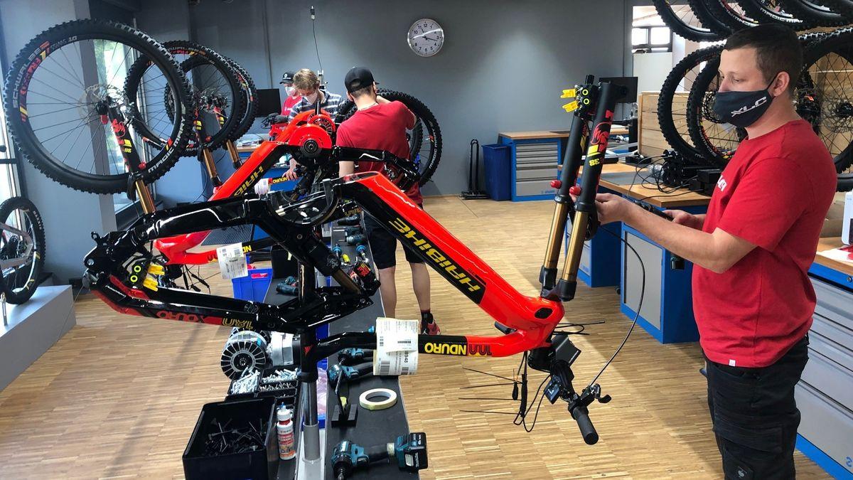 Mitarbeiter montieren ein E-Bike