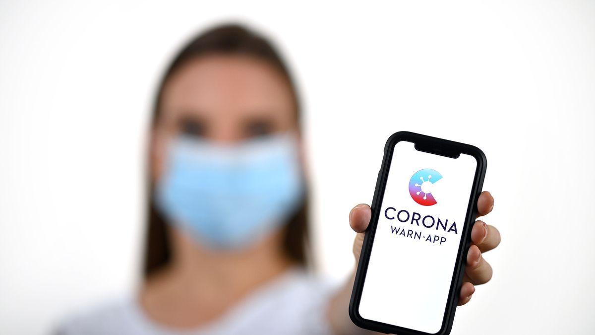 Handy mit Corona-Warn-App