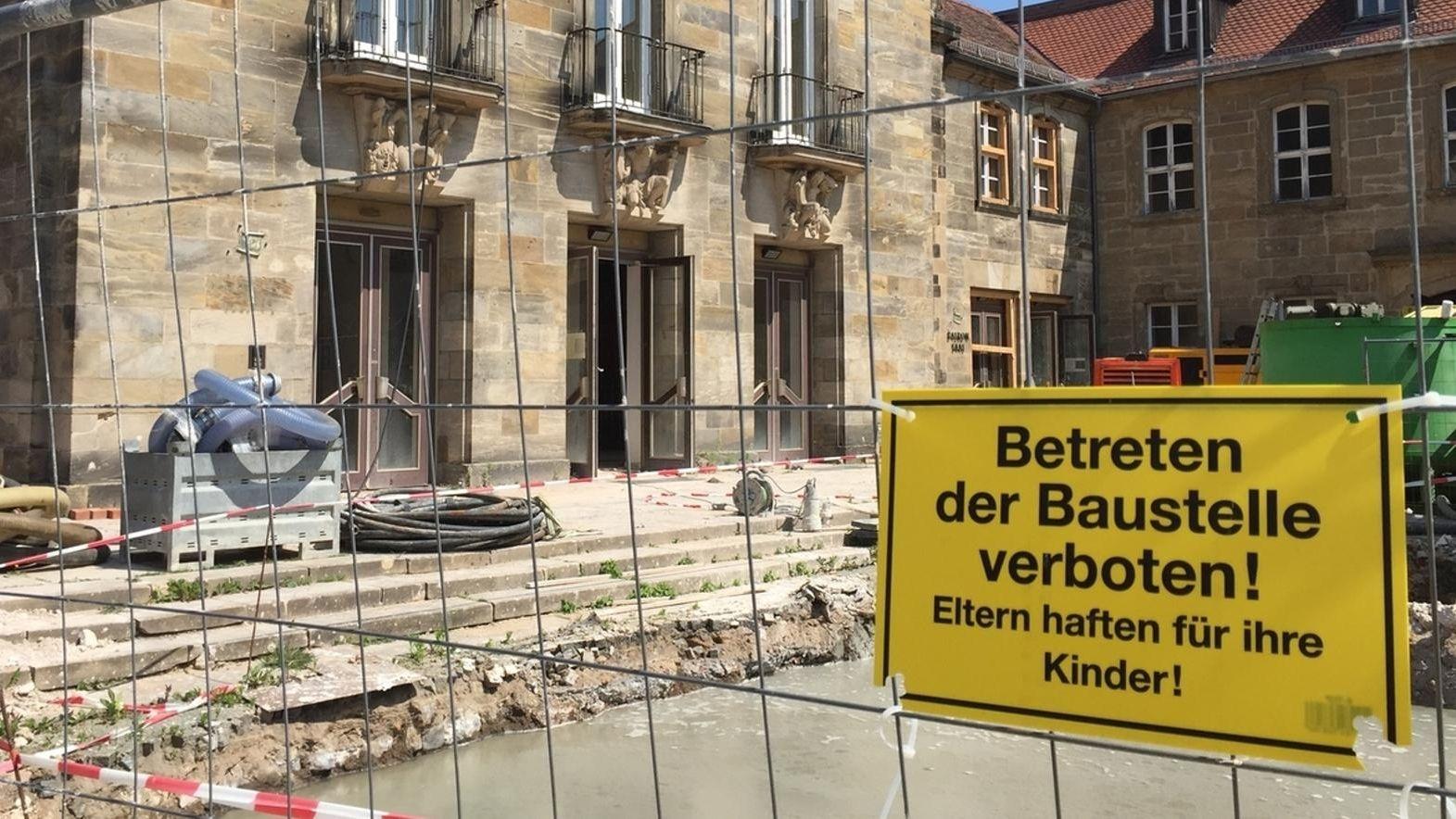 """An einem Bauzaun einer Baustelle hängt das Schild """"Betreten der Baustelle verboten! Eltern haften für ihre Kinder"""""""