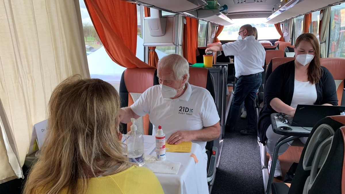 In einem Bus lassen sich Menschen gegen Corona impfen.
