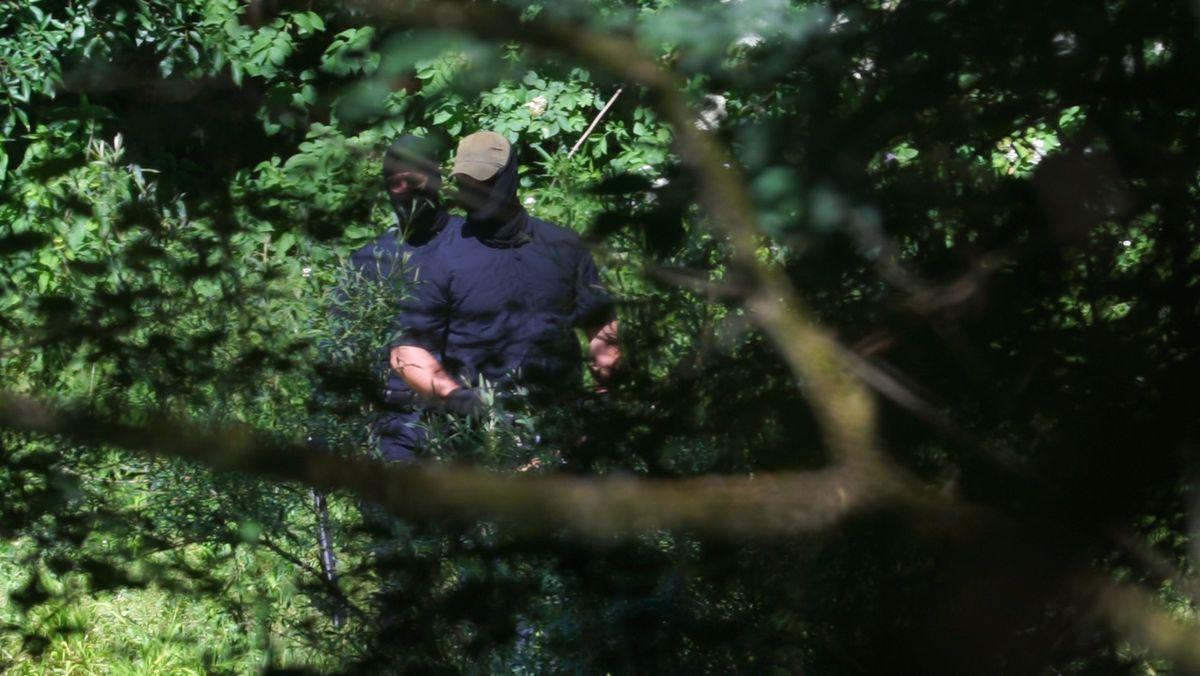 Die Schläger haben keine Abzeichen, tragen aber offizielle Ausrüstung der kroatischen Interventionspolizei.