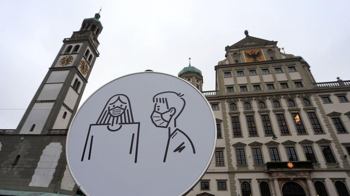 Augsburger Rathaus mit Schild davor.