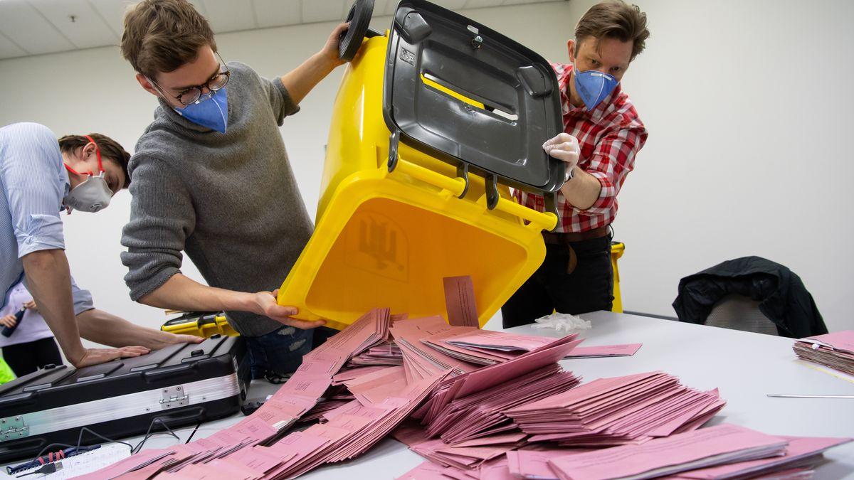 Wahlhelfer bei der Stichwahl-Auszählung in München, aufgenommen am 29. März 2020