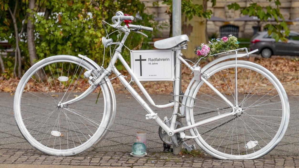 Ein weißes Fahrrad an dem ein weißer Zettel mit Kreuz befestigt ist, das an einer verstorbene Radlerin erinnert (Symbolbild)