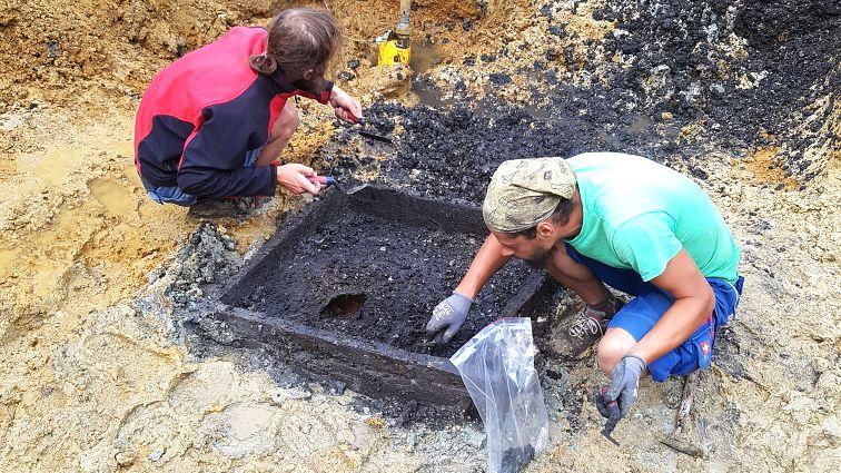 Archäologen entnehmen Proben aus dem gefundenen Brunnenresten