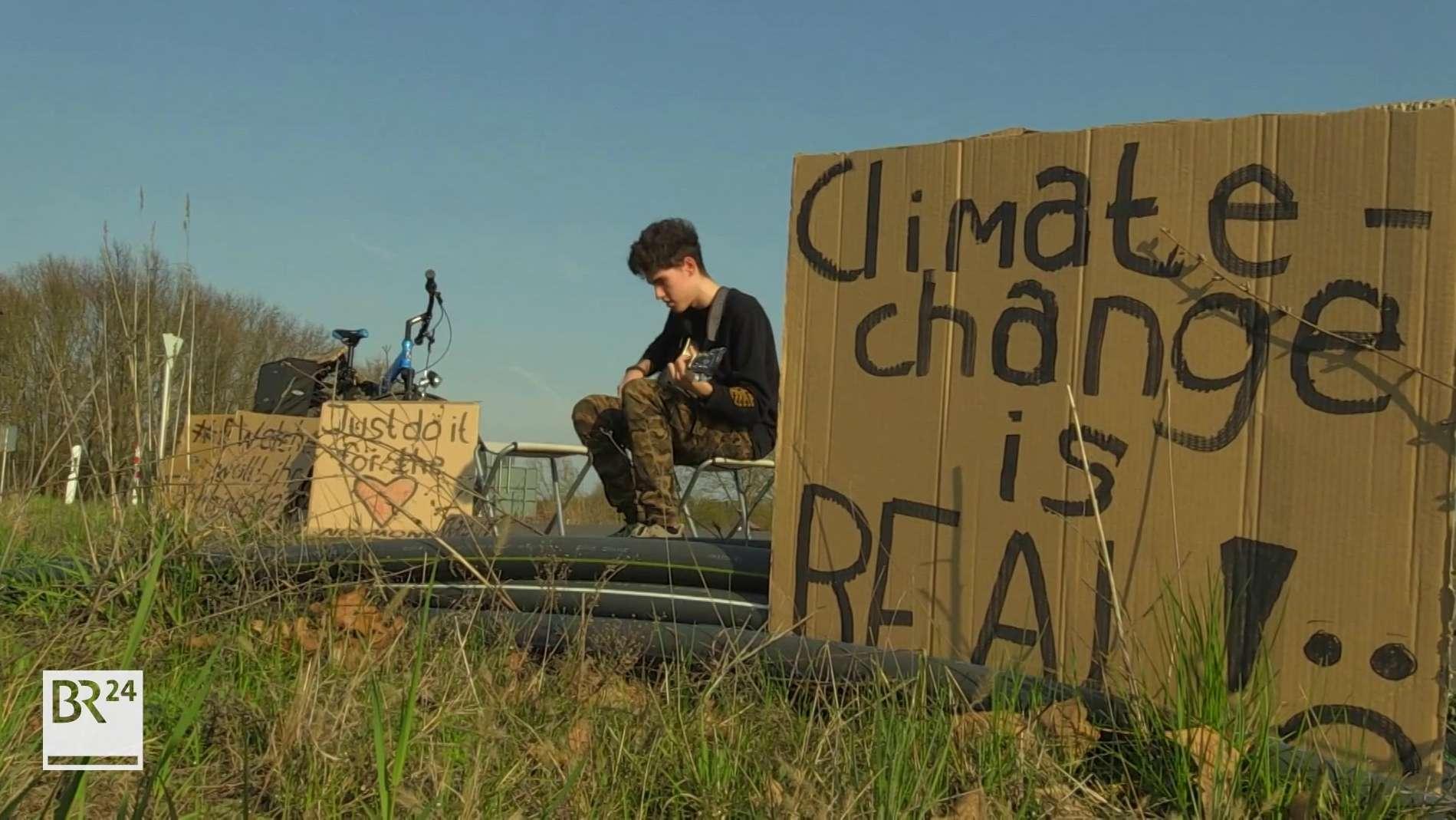 Elias Bretscher spielt Gitarre, um auf den Klimawandel aufmerksam zu machen
