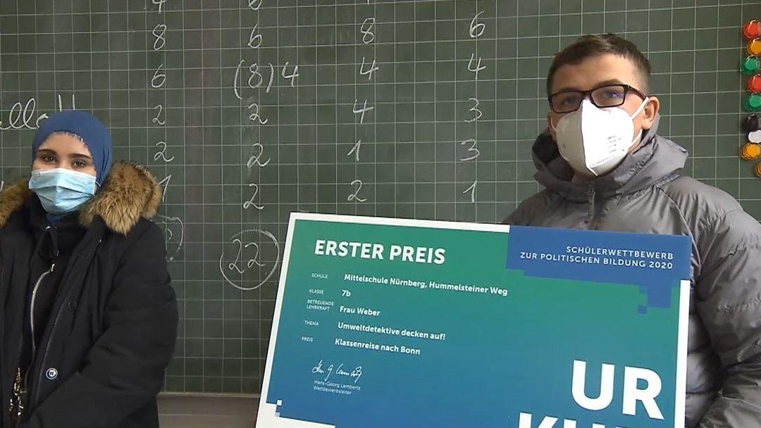 Die Klassensprecher der 7b Merve Kiziltoprak und Florent Mustafaj durften die Urkunde der Bundezentrale für politische Bildung entgegennehmen.