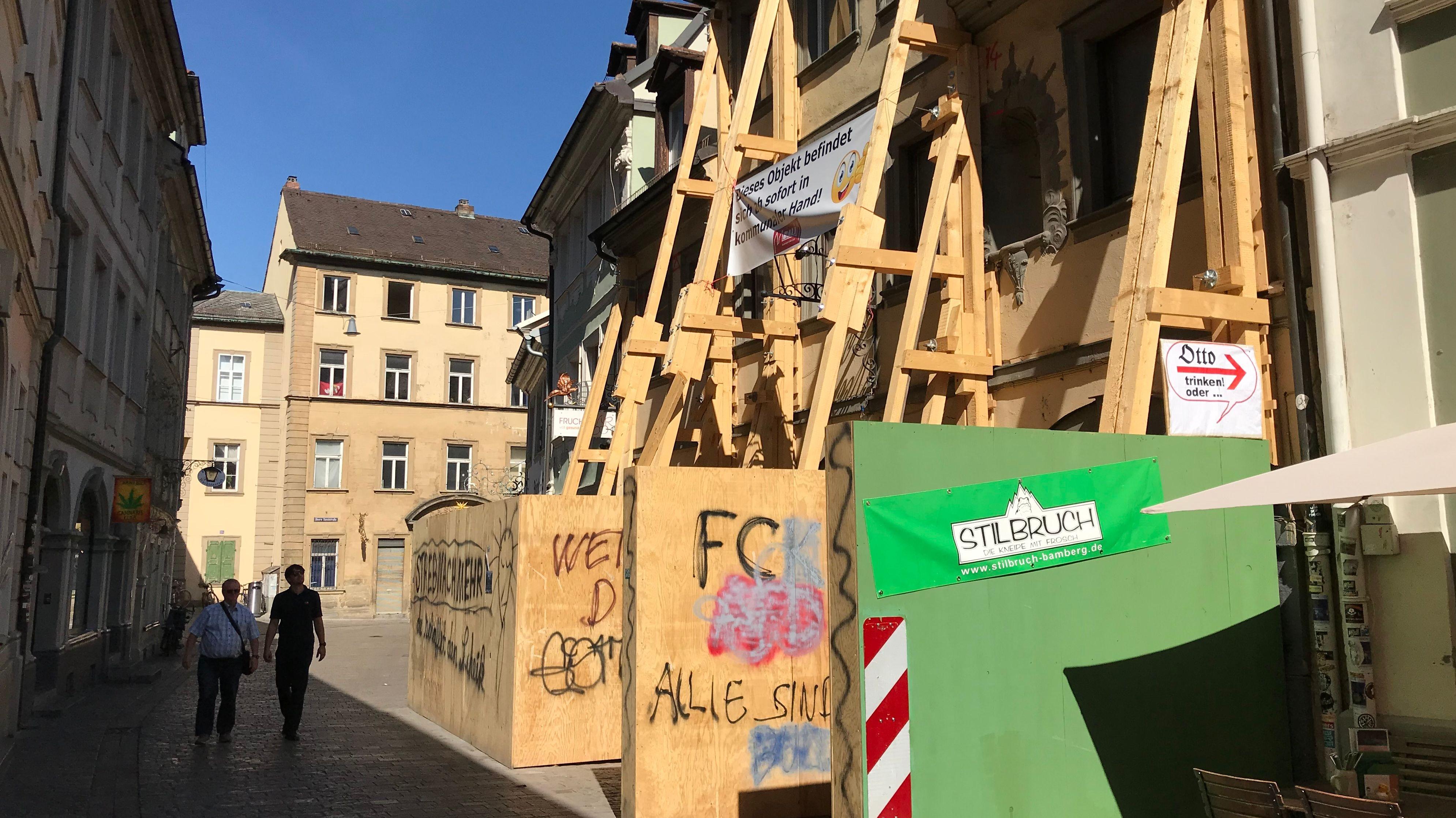 Abgestütztes, mit Holz umzäuntes, einsturzgefährdetes Haus in der Bamberger Sandstraße