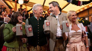 OB Dieter Reiter (SPD, 2.v.l), seine Frau Petra (l.), Ministerpräsident Markus Söder (CSU) und seine Frau Karin Baumüller-Söder auf der Wiesn. | dpa-Bildfunk / Sven Hoppe