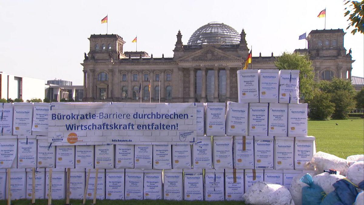 Kassenbons aus Bayern vor dem Berliner Reichstag