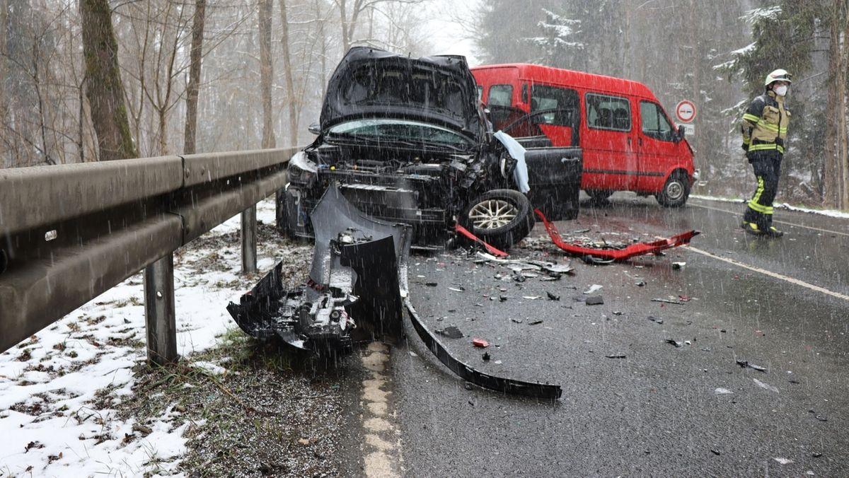 Auf der Straßen liegen Teile eines Autos, das mit einem Kastenwagen kollidiert ist, der quer zur Fahrbahn zum Stehen gekommen ist.