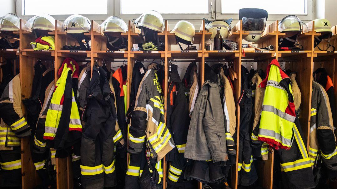 Feuerwehrkleidung hängt in Spinden