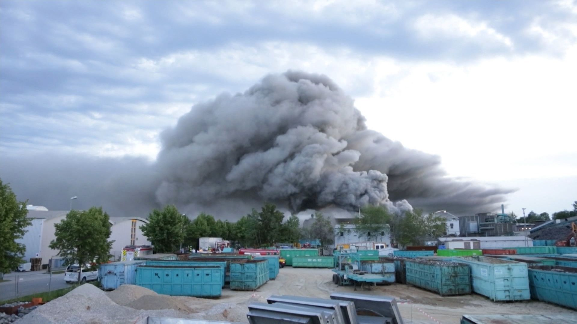 Die Rauchwolke Anfang Juni über dem Recyclinghof in Wörth an der Isar