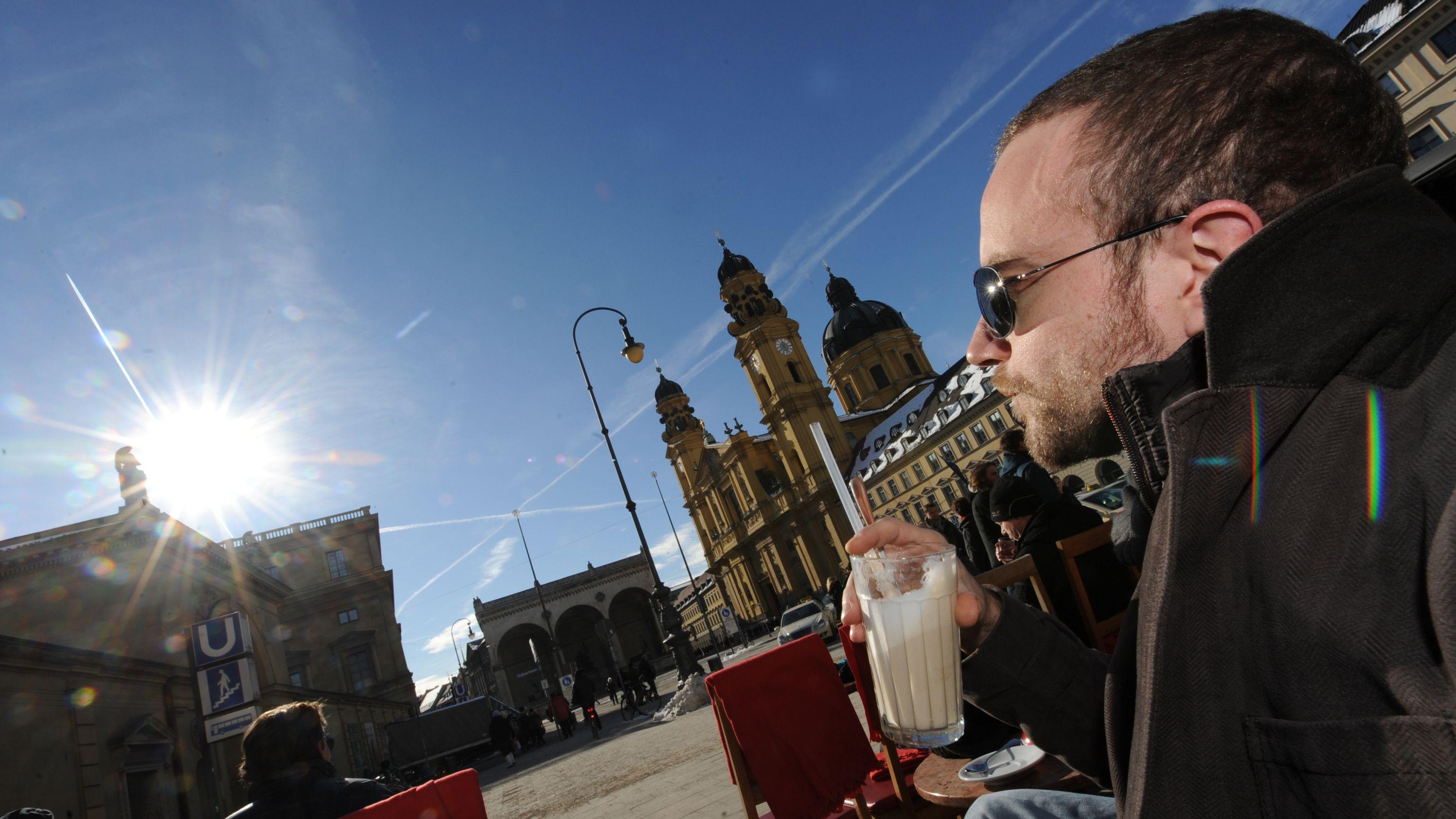 Frühlingshaftes Wetter im Winter in München: Ein Mann trinkt einen Latte Macchiato. (Archivbild)