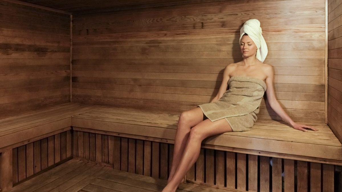 Frau in Sauna (Symbolbild)