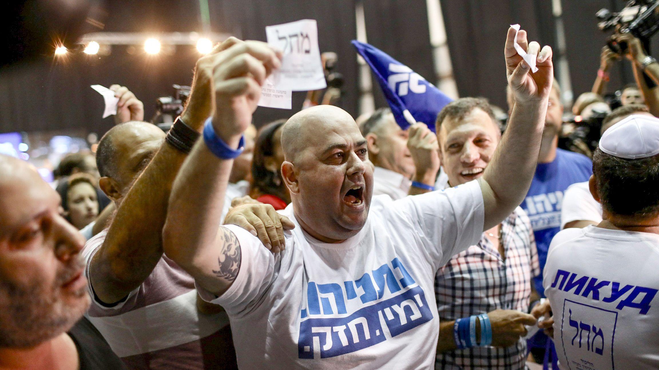 Anhänger des Likud mit ersten Reaktionen am Wahlabend