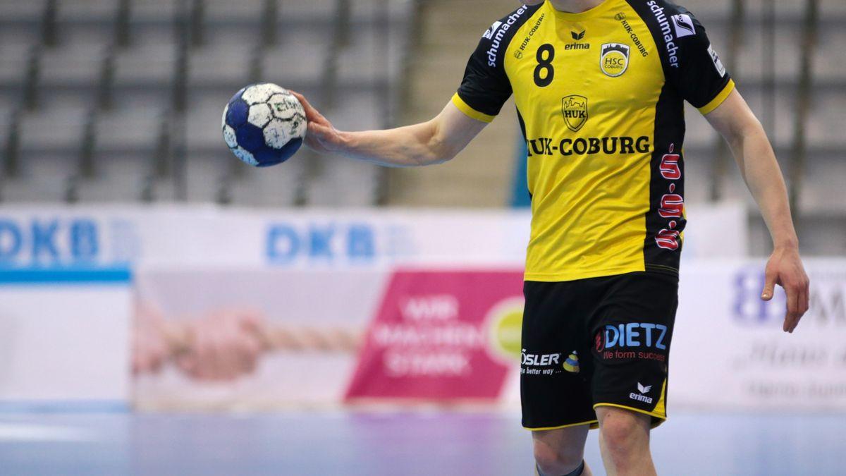 Ein Spieler des HSC Coburg hat einen Handball in der Hand