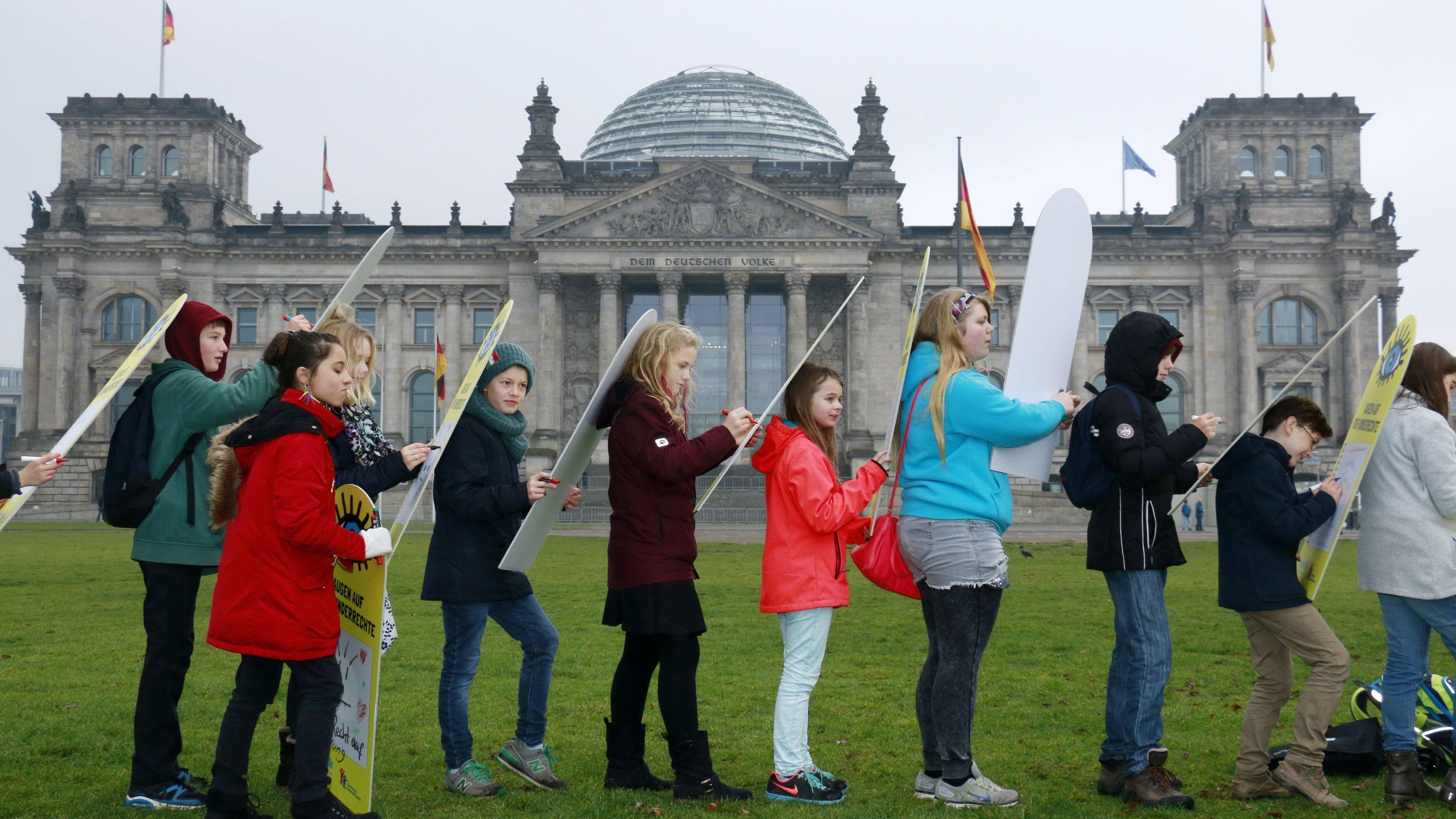 Mitmachaktion 'Augen auf für Kinderrechte' von UNICEF Deutschland und Deutschem Kinderhilfswerk vor dem Reichstag
