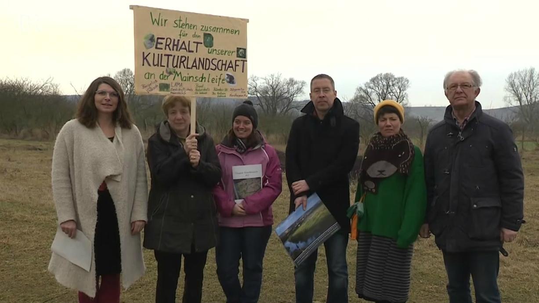 Aktive einer Bürgerinitiative protestieren gegen den Sandabbau an der Mainschleife