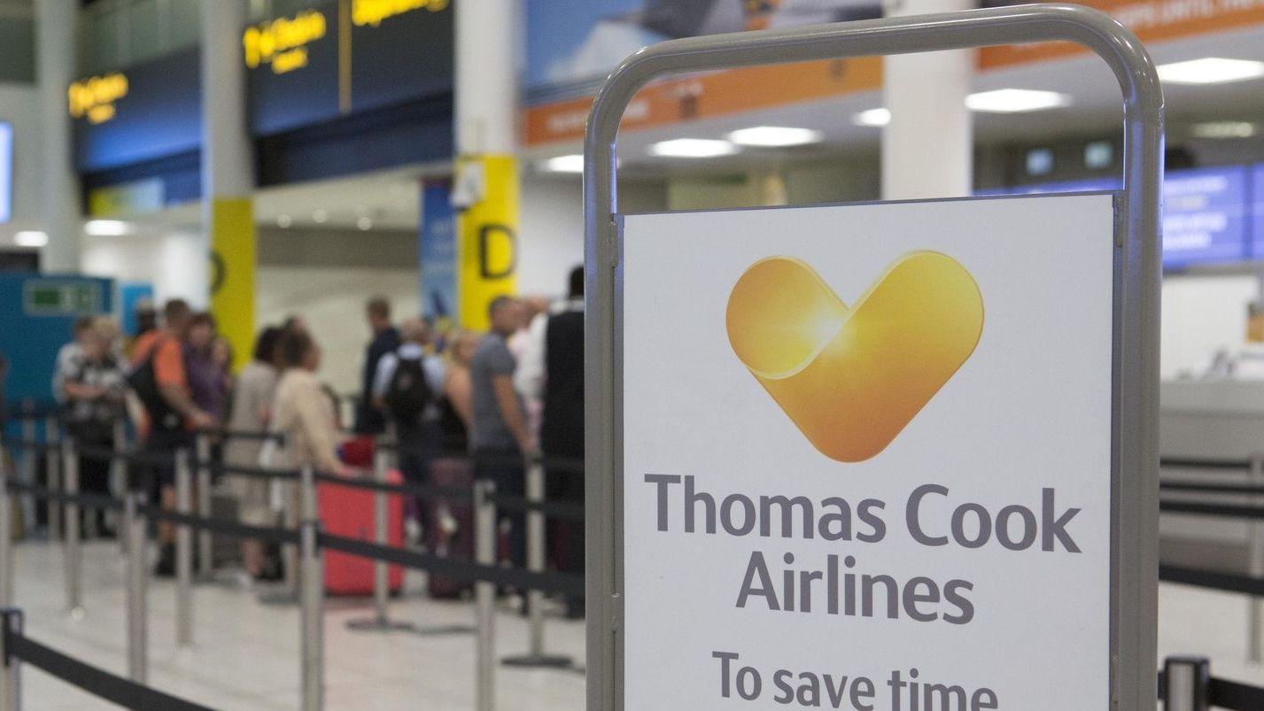 Reisende an einem Thomas Cook-Schalter